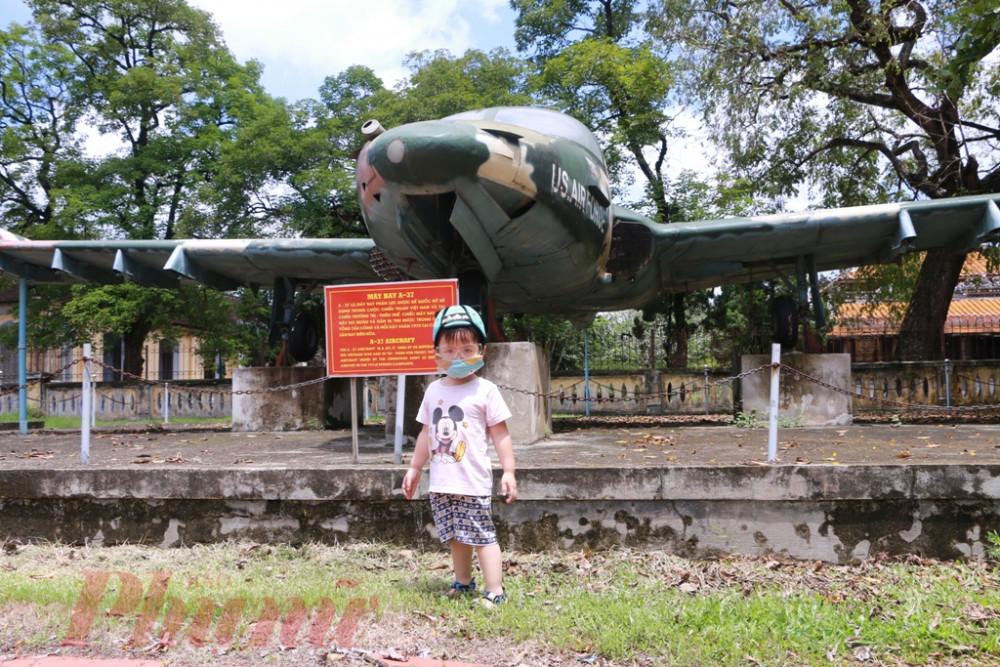 Trong ngày nghỉ lễ 30/4 nhiều bố mẹ trẻ  dẫn cả con trẻ tham quan Bảo tàng lịch sử  Việt Nam tỉnh Thừa Thiên Huế gần khu vục Ngọ Môn