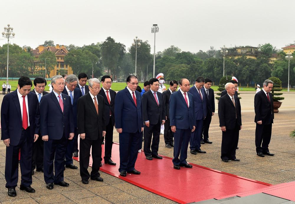 Đoàn đại biểu làm lễ viếng tại lăng Chủ tịch Hồ Chí Minh (Ảnh: VGP).