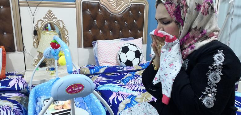 Rafiqa Ibrahim Radi (33 tuổi) đang xem một đoạn video về đứa con vừa sinh được 3 tháng của cô từ ngôi nhà ở Basra, Iraq. Đã hơn một tháng trôi qua kể từ lần cuối cùng người mẹ được tiếp xúc trực tiếp với con trai mình. Rafiqa Ibrahim Radi đã trải qua thai kỳ đầy sự nguy hiểm, có thể gây ra biến chứng đe doạ tính mạng cô sau khi sinh con. Bác sĩ địa phương thời điểm đó đã khuyên Rafiqa Ibrahim Radi tìm cách điều trị ở Ahvaz, Iran. Đây cũng là nơi Rafiqa Ibrahim Radi  được tiến hành phẫu thuật bắt con. Sau đó, Rafiqa Ibrahim Radi được khuyên quay trở về quê nhà trong khi đứa trẻ đã được bệnh viện chăm sóc tốt. Hai tuần trước, gia đình cô nhận được tin vui khi đứa trẻ đã khoẻ mạnh và sẵn sàng trở về quê nhà Iraq. Nhưng biên giới giữa Iraq và Iran đã bị đóng cửa để ngăn chặn dịch bệnh lây lan. Chuyến đi kéo dài 2 giờ từ Basra đến Ahvaz đã trở nên bất khả thi.