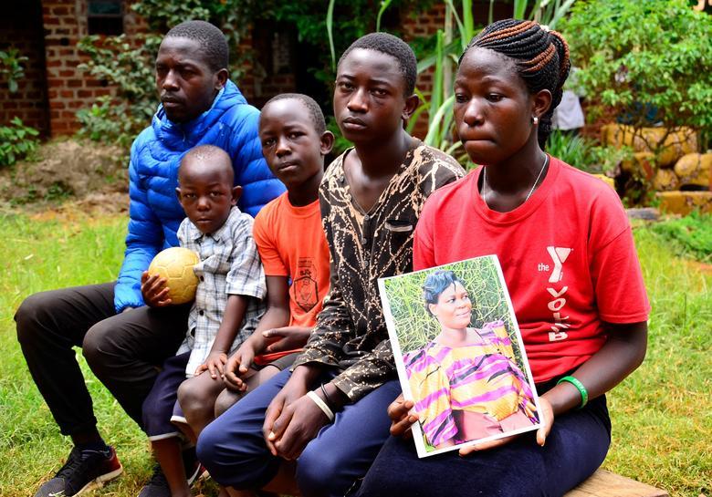Francis Kibenge (bìa trái, ở Kampala, Uganda) có một người vợ đã mất hôm 7/4 vì phải đi bộ đến bệnh viện để sinh con do đất nước thực hiện việc phong toả để ngăn chặn sự lây lan của COVID-19. Đứa con đã chết trong bụng, trong khi người vợ của Francis Kibenge phải cố gắng đi bộ đến bệnh viện. Vợ của Francis Kibenge cũng là một trong 7 trường hợp thai phụ tử vong được ghi nhận trong thời gian Uganda phong toả đất nước, cấm các hình thức vận chuyển mà không có sự loại trừ cho những tình huống đặc biệt. Trong khi đó, lượng xe cứu thương ở quốc gia này cũng rất ít.