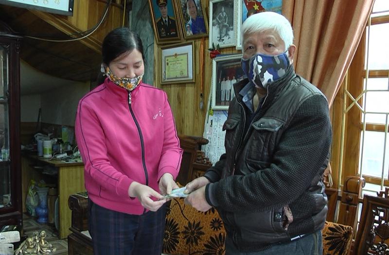 Đại diện Mặt trận Tổ quốc trao tiền hỗ trợ cho người dân khó khăn tại Sapa, Lào Cai - Ảnh: Báo Lào Cai