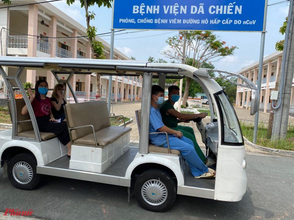 Các bệnh nhân tại Bệnh viện Dã chiến (huyện Củ Chi, TPHCM) trong ngày khỏi bệnh, xuất viện.