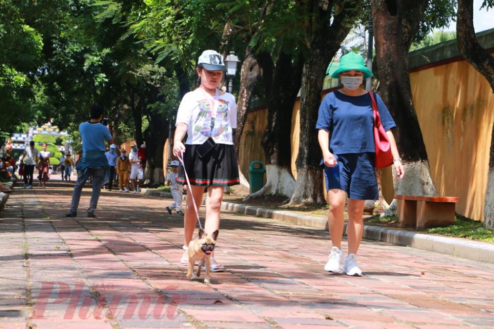 Mẹ con cùng thú cưng đi dạo trong Đại Nội