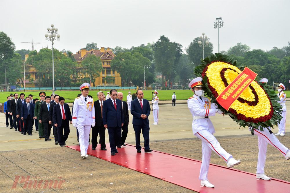 Lãnh đạo Đảng và Nhà nước viếng lăng Chủ tịch Hồ Chí Minh sáng 30/4/2020  - Ảnh: VGP