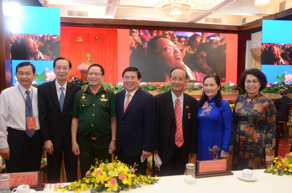Chủ tịch TPHCM Nguyễn Thành Phong cùng các đại biểu tham dự lễ kỷ niệm
