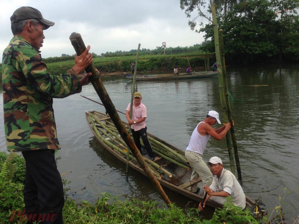 Rồi sau đó dùng thuyền nhôm bơi ra giữa sông chôn sông dưới lòng sông Bồ để làm trụ cầu