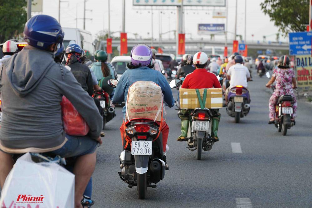 Quốc lộ 1A, đoạn rẽ vào đường Võ Văn Kiệt đã đông dần