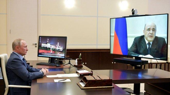 Tổng thống Putin tiếp nhận thông tin Thủ tướng Mishustin dương tính coronavirus qua cuộc gọi video truyền hình - Ảnh: Reuters