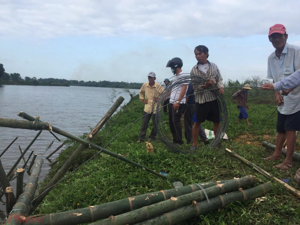 Để giữ vững câu cầu tre bà con đã dùng những giây thép to để buộc chặt giữ thân cầu cứng cáp có thể chống chọi mùa nước lũ