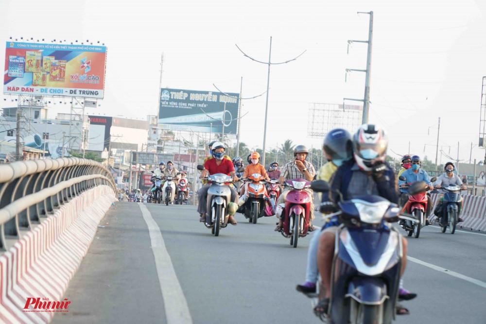 Cầu vượt Nguyễn Văn Linh phương tiện lưu thông đông dần về chiều