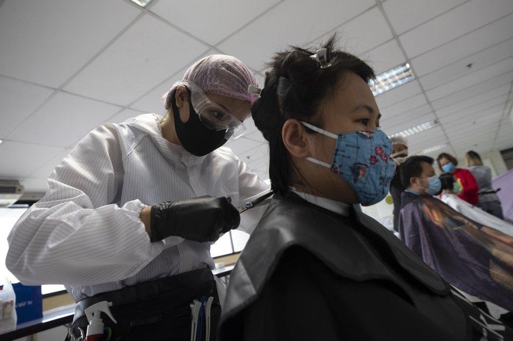 Người thợ cắt tóc cho các y bác sĩ tại một bện viện ở Bangkok, Thái Lan.