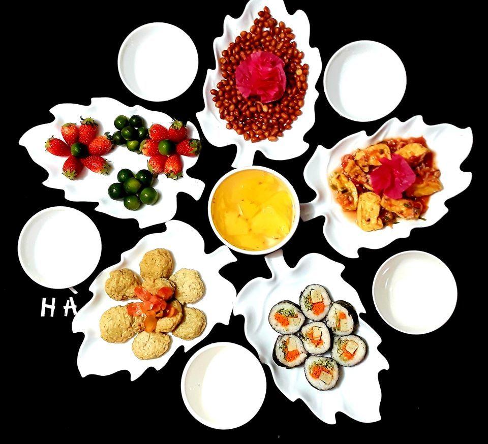 Bữa cơm mùa dịch với cá thát lát, cá nục, đậu phụng, đậu lave, khuôn đậu, trứng, thịt...mà chị Hà đã khéo biến tấu bày biện chẳng khác gì nhà hàng (Ảnh nhân vật cung cấp)