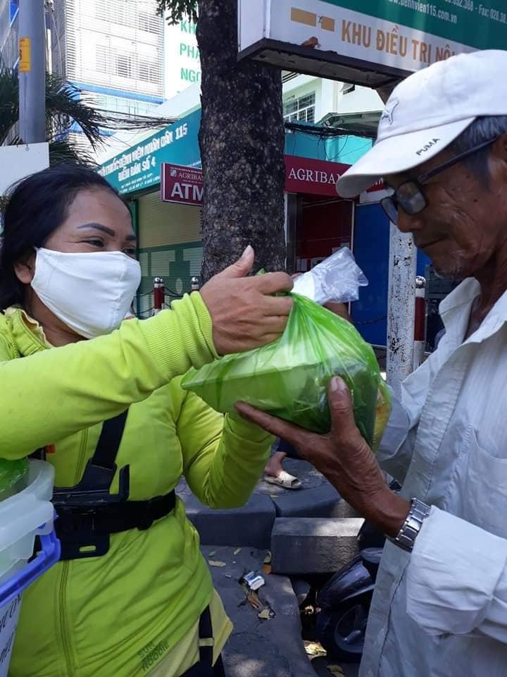 Những phần cơm nóng trao tay thân nhân người bệnh