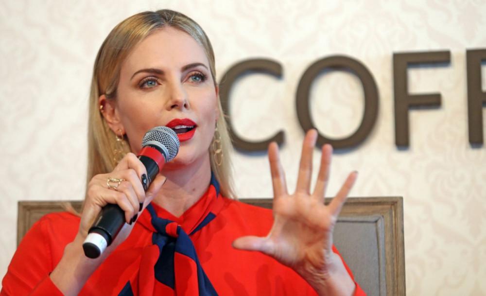 Charlize Theron tích cực tham gia nhiều hoạt động vì quyền lợi của phụ nữ Nam Phi.