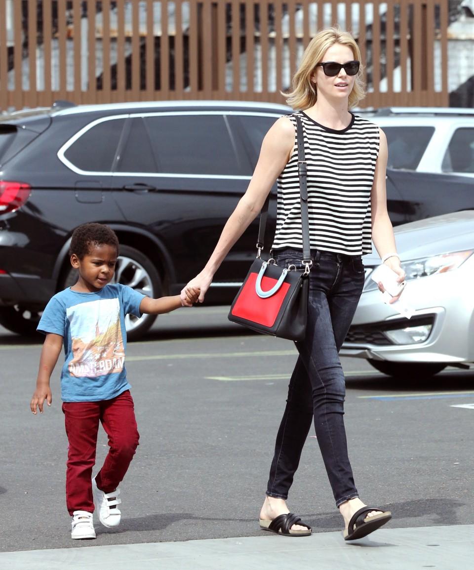 Nữ diễn viên và con trai nuôi