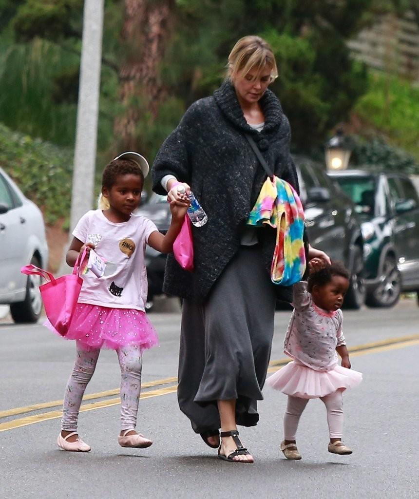 Nữ diễn viên nhận nuôi 2 đứa trẻ gốc Nam Phi. Cô dù từng quen một số người nhưng không đi đến hôn nhân.