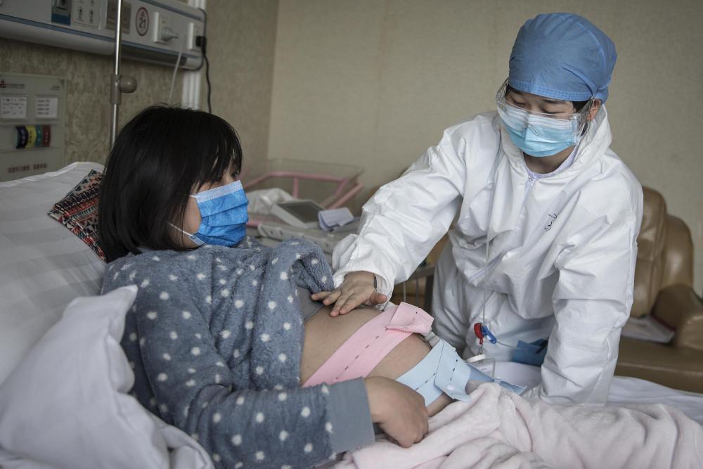 Các bệnh viện trên thế giới vẫn đang phải vật lộn với COVID-19. Ảnh: Getty Images