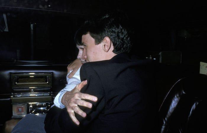 Bà Vanderbilt và Anderson Cooper trong lễ tang Carter Cooper vào ngày 26/7/1988 tại thành phố New York.