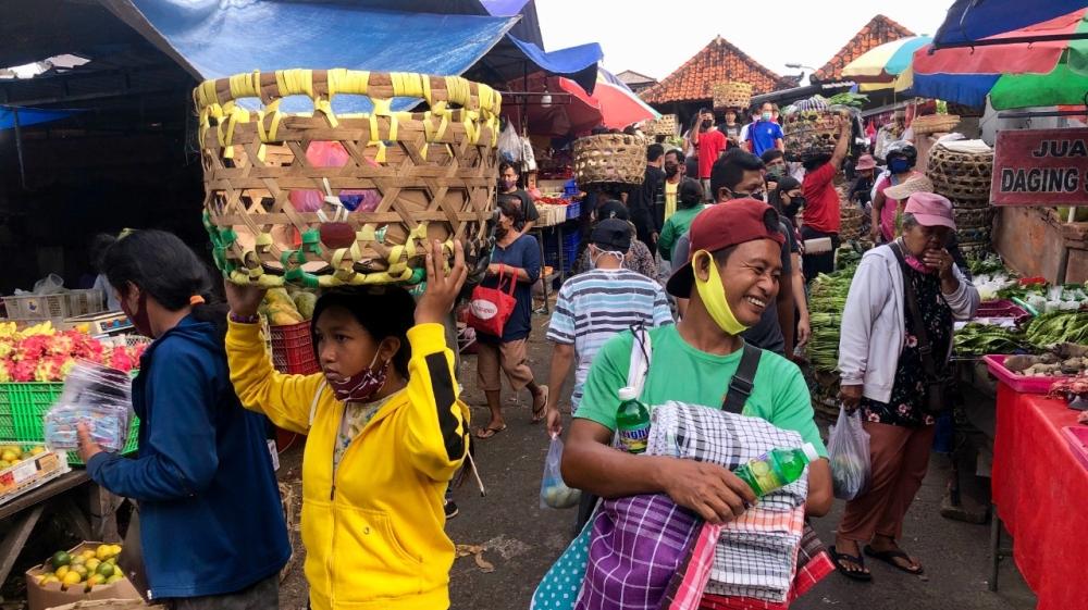 Du lịch đến Bali bị tạm ngưng, nhưng cuộc sống ở thủ phủ Denpasar vẫn tiếp tục như bình thường kể cả tại những khu chợ nhộn nhịp - Ảnh: Al Jazeera