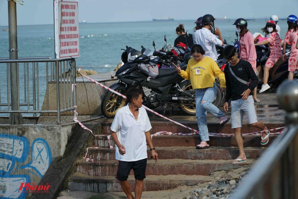 Bất chấp rào chắn, nhiều du khách vẫn xuống biển vui chơi