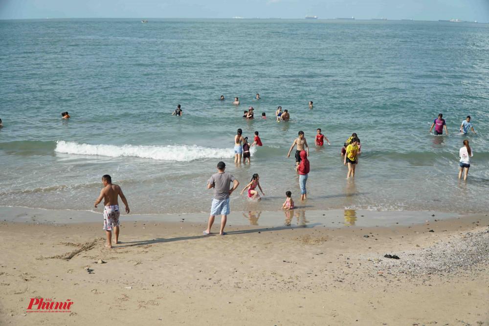 Người dân vẫn ngang nhiên tắm biển