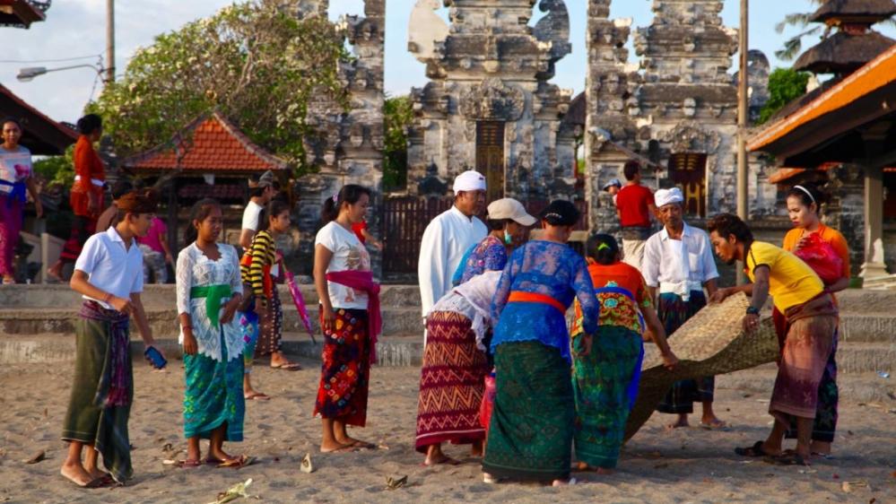 Một gia đình người Bali đi dã ngoại trước một ngôi đền ở bãi biển Batu Bolong ở Canggu trước đại dịch - Ảnh: Al Jazeera