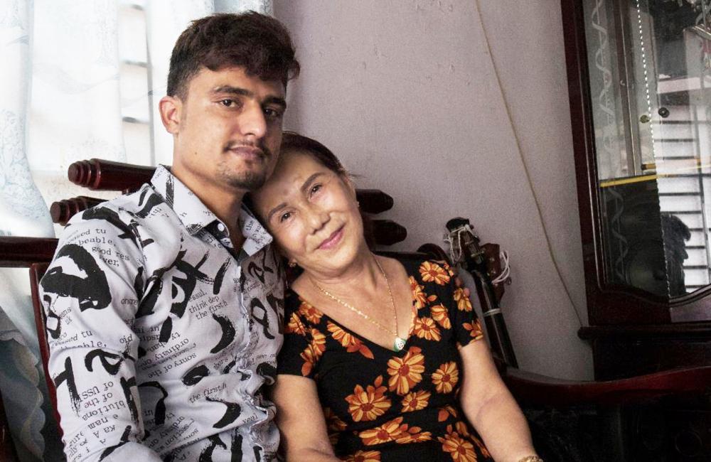 Bà Hoa và Joni chênh lệch nhau hơn 40 tuổi