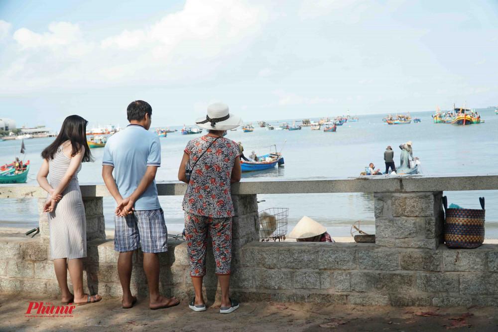Du khách chỉ được đứng trên bờ kè ngắm biển