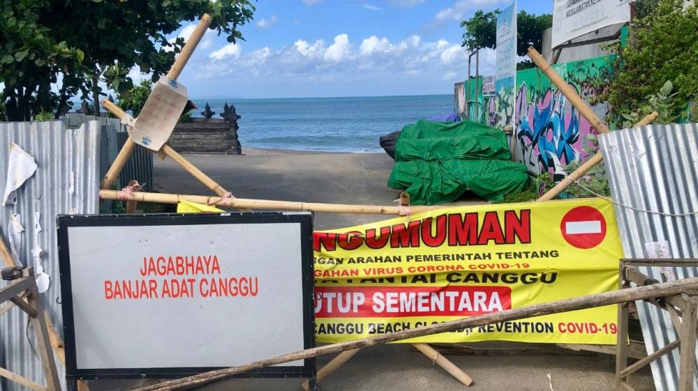 Tất cả bãi biển ở Bali đã bị đóng cửa để ngăn chặn sự lây lan của đại dịch - Ảnh: Al Jazeera