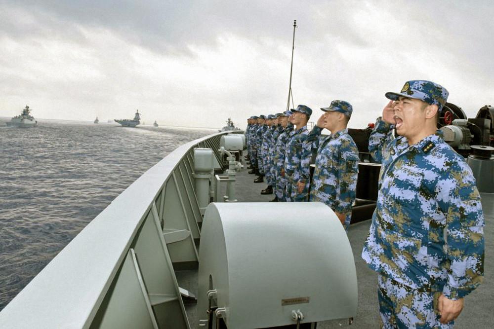 Một hạm đội của Hải quân PLA bao gồm tàu sân bay Liêu Ninh, tàu ngầm, tàu và máy bay chiến đấu tham gia tập trận ở Biển Đông ngày 12/4/2018 - Ảnh: VCG/Getty