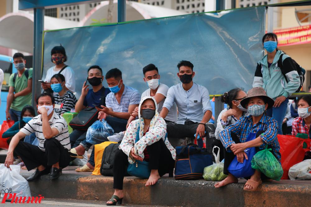 Qua ghi nhận của PV, nhiều người đã thực hiện tốt việc đeo khẩu trang nhưng vẫn tập trung đông người tại các điểm đón xe buýt trung chuyển.