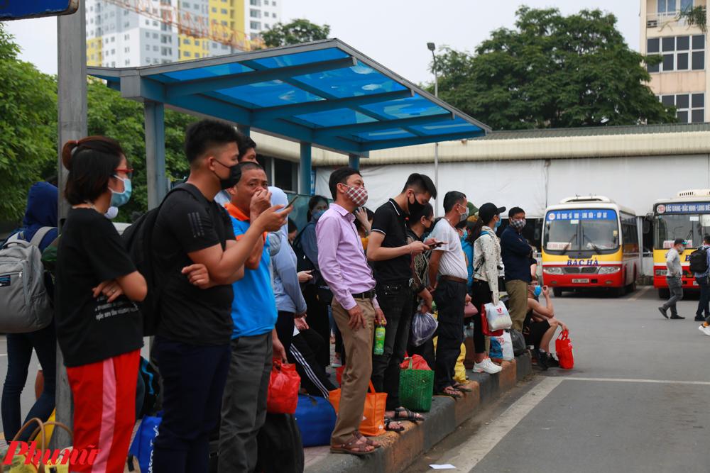 Trong các đám đông vẫn xuất hiện những người không tuân thủ việc phòng dịch.
