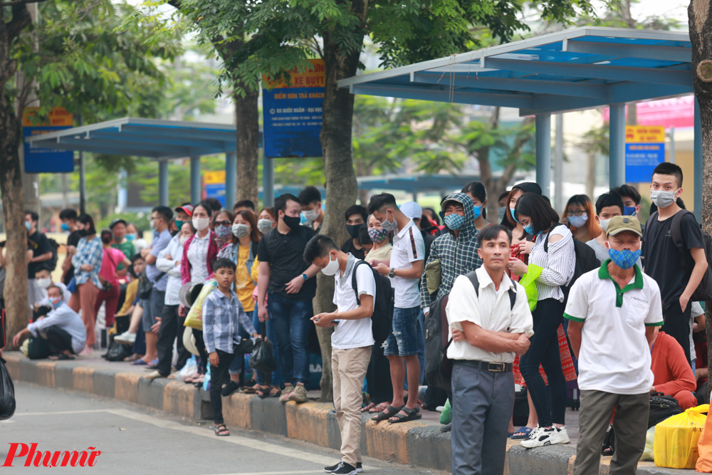 Càng về chiều, khu vực bến xe càng tập trung đông người.