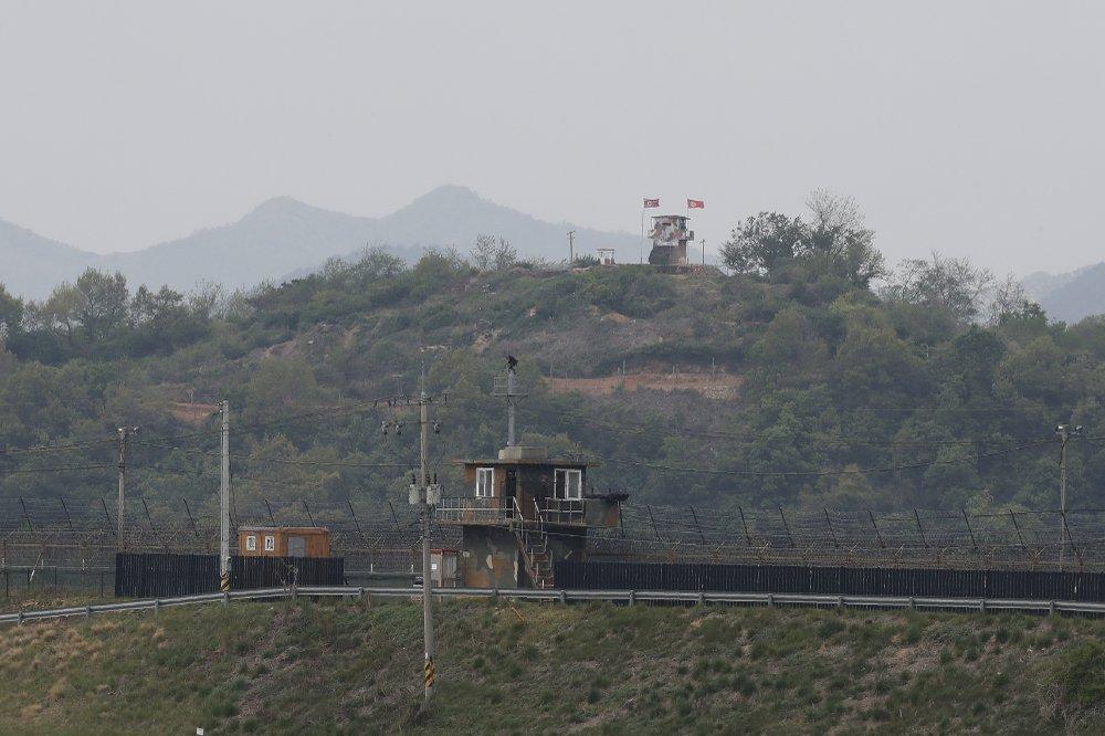 Đồn bảo vệ quân sự ở Paju phía biên giới Triều Tiên (treo cờ) và đồn bảo vệ ở phía Hàn Quốc (bên dưới).