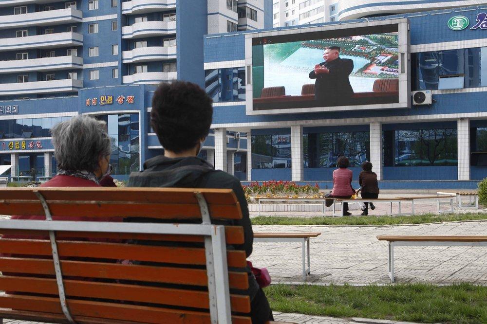 Người dân Bình Nhưỡng theo dõi lễ khánh thành nhà máy phân bón có sự tham dự của nhà lãnh đạo Kim Jong-Un.