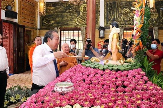 Ủy viên Bộ Chính trị, Phó Thủ tướng Thường trực Chính phủ Trương Hòa Bình thực hiện nghi lễ tắm Phật nhân dịp Đại lễ Phật đản. (Ảnh: Xuân Khu/TTXVN)