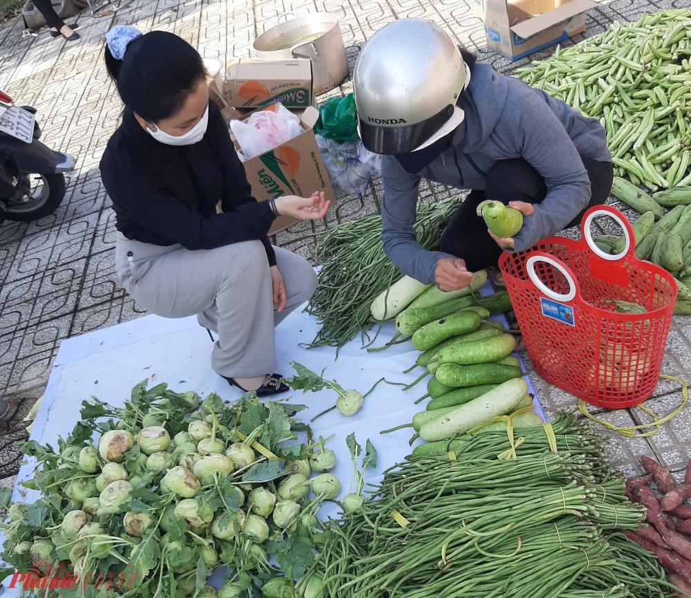 Phiên chợ trao niềm vui tại xã Xuân Thới Sơn, người dân lựa chọn, mua sắm thực phẩm với giá 0 đồng.