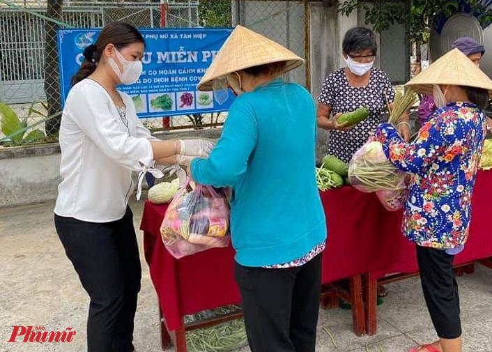 Ngoài rau củ qua, người khó khăn còm được tặng gạo, mì trứng và các nhu yếu phẩm dùng trong gia đình.
