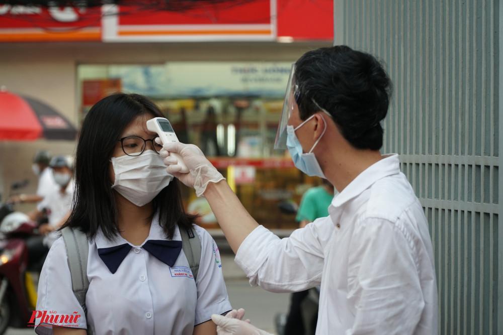 Tất cả học sinh và các bộ nhân viên trong nhà trường đều phải được đo thân nhiệt và sát khuẩn tay