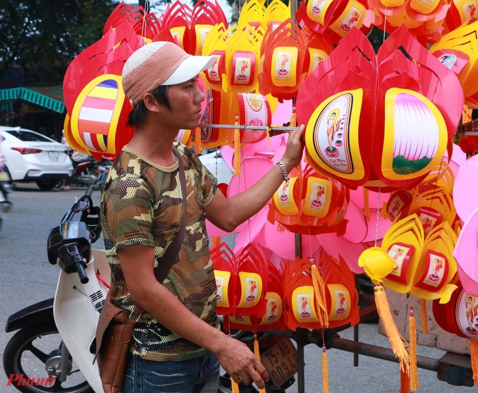 anh Trần Dũng người án đèn lồng trước mặt chợ Đông Ba cho biết, người dân Huế thường thích mua loại lồng đèn truyền thống về  trang trí trong mùa đại lễ Phật đản, Năm trước khi có dịch mỗi ngày kế cận đại lễ Phật đản thường anh Dũng trinh bình bán khoảng 100 cặp lồng đèn, năm nay trung bình mỗi ngày bán chưa đến 10 cặp