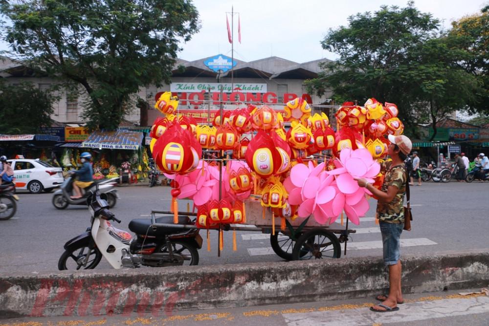 Tại một số tuyến đường chính của Huế như Trần Hưng Đạo, Phan Đăng Lưu TP. Huế, Hùng Vương, Đống Đa thỉnh thoảng mới bắt gặp  những chiếc xe máy chở lồng đèn đi bán mùa Phật đản