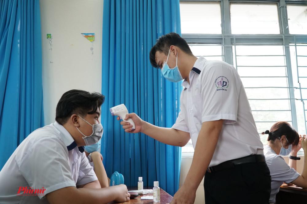 Bên cạnh việc được đo thân nhiệt, mỗi lớp còn có máy đo thân nhiệt riêng, các em có thể chủ động kiểm tra thân nhiêt cho bản thân và bạn bbef của mình