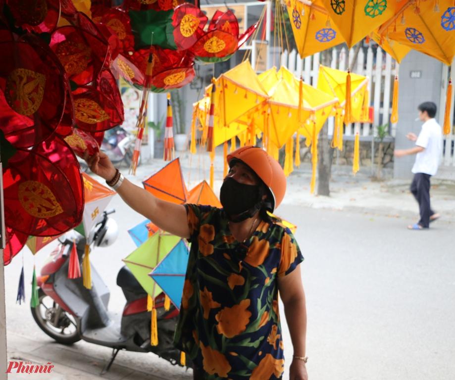 Theo quan sát của phóng viên Báo Phụ Nữ. TP.HCM  suốt từ sáng  ngày 4/5 ở phố lòng đèn đường Sư Liễu Quán dọc trước chùa Từ Đàm  thi thoảng mới thấy một vài người đến hỏi mua lồng đèn đem về nhà trang trí mùa Phật đản