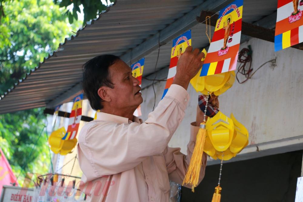 Và đâu đó trong những góc phố nhỏ ta vẫn bắt gặp hình ảnh quen thuộc của người dân xứ Huế trang trí ngôi nhà của mình với những lá cờ Phật giáo chào mừng Đức phật đản sanh