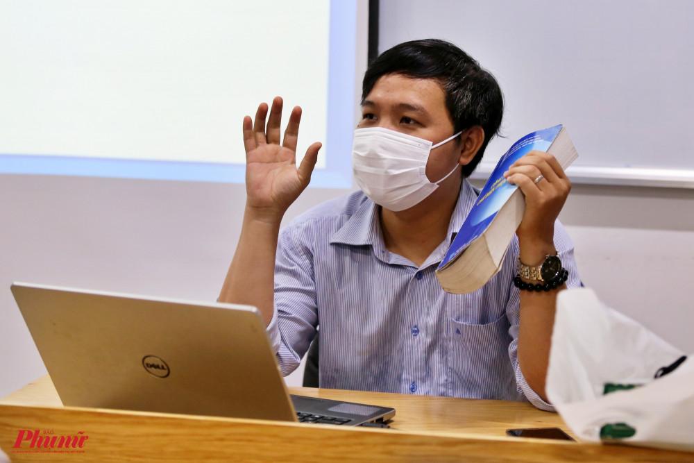 Các giảng viên cũng thực hiện nghiêm túc việc đeo khẩu trang trong lúc giảng bài.