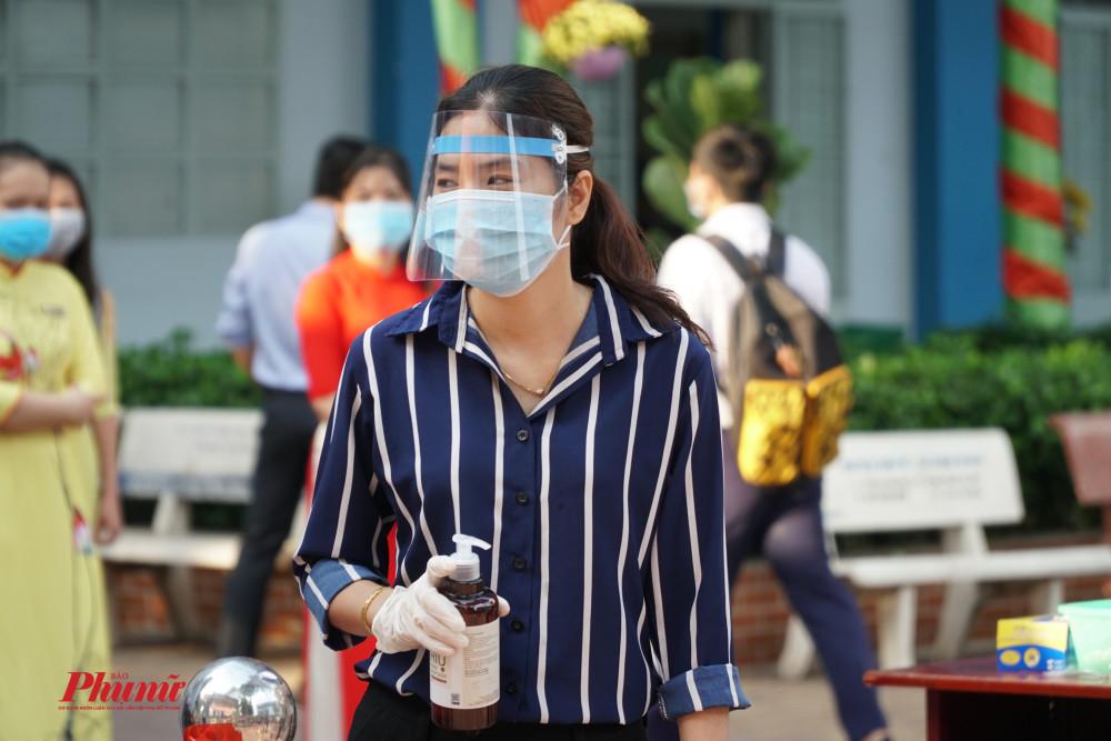Cán bộ nhân viên phải đeo khẩu trang, khăn tay và mặt nạ tránh bọt bắn khi tiếp xúc với học sinh