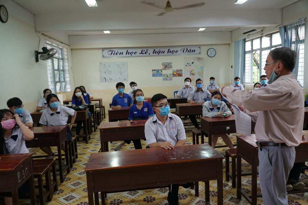 Trong lớp học, các học sinh ngồi đúng khoảng cách quy định.