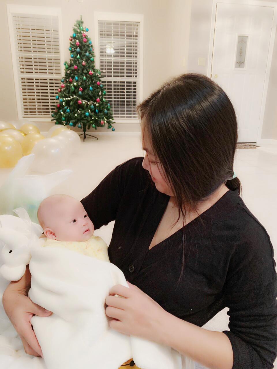 Nhà thiết kế áo dài Lan Hương và em bé Sóc
