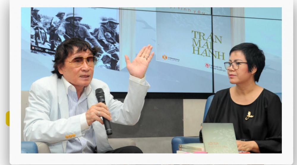 Nhà báo Trần Mai Hạnh (trái) trong một lần trò chuyện về tác phẩm