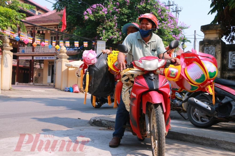 Thỉnh thoảng trên phố những ngày mới bắt gặp được nụ cười của người con Phật tử khi mua được cặp lồng đèn ưa thích